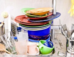 Почему нельзя оставлять немытую посуду: старинные приметы и объективные причины