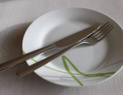 Как складывать нож и вилку на тарелку после еды