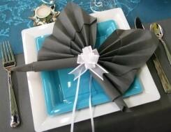 Как свернуть украшения из салфеток для праздничного стола