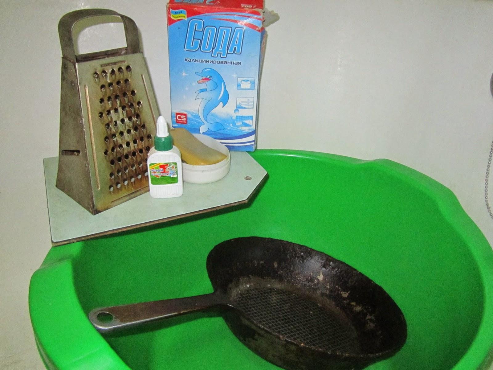 Чистка сковороды содой и клеем