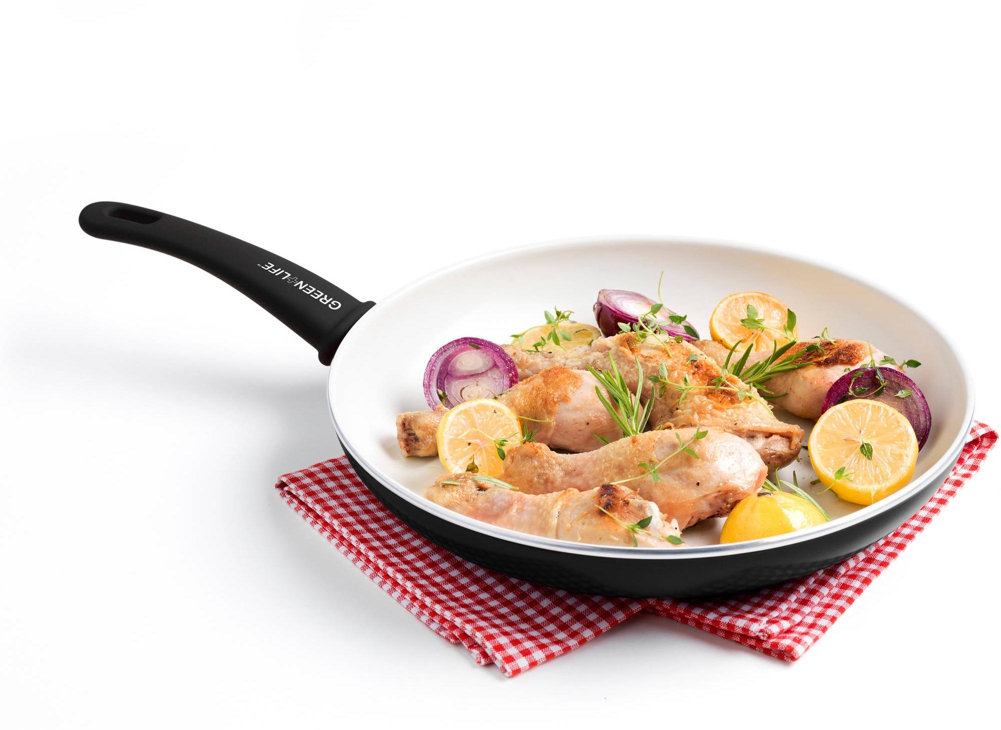 Керамическая сковорода с едой