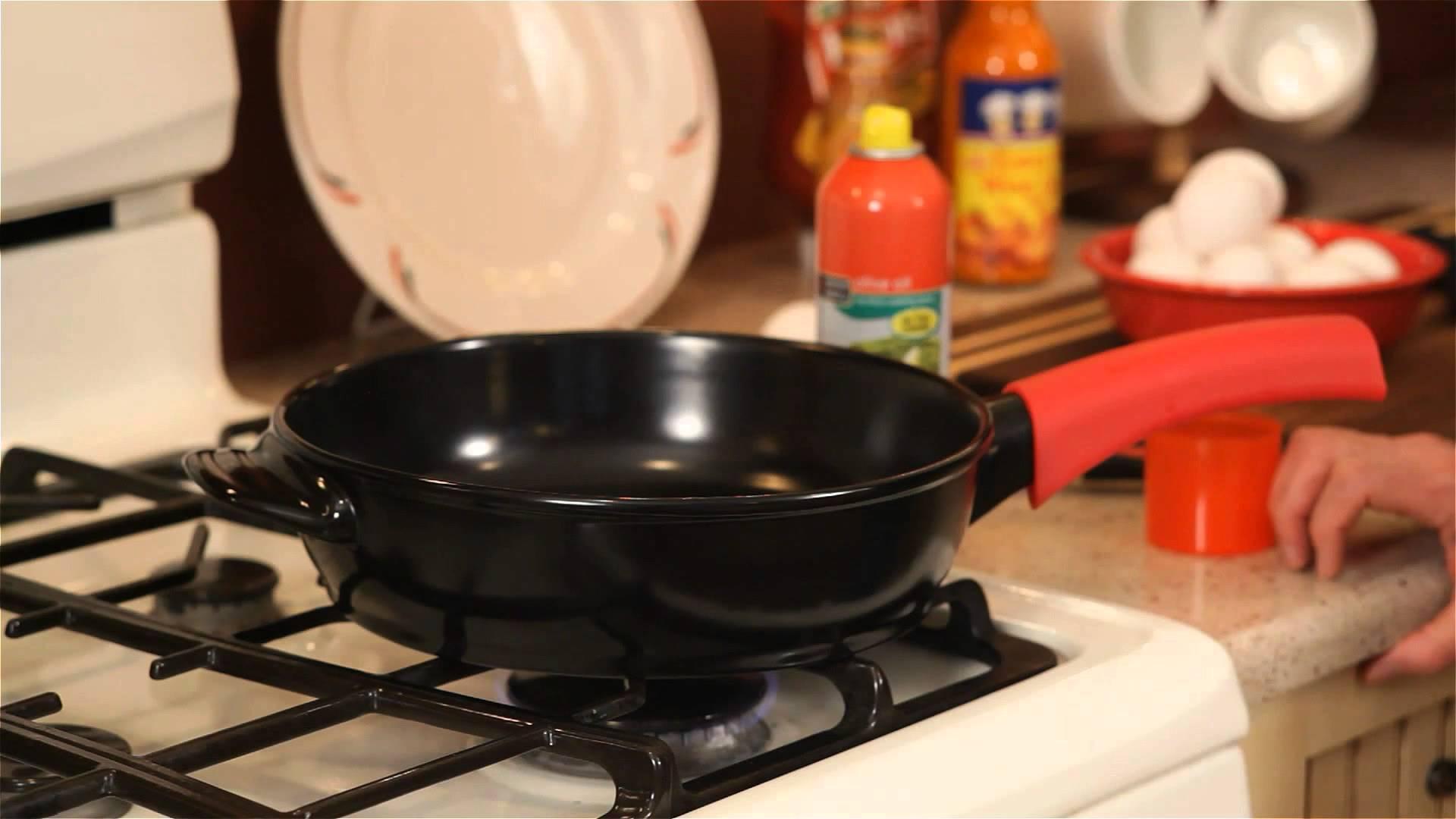 Керамическая сковорода на газовой плите