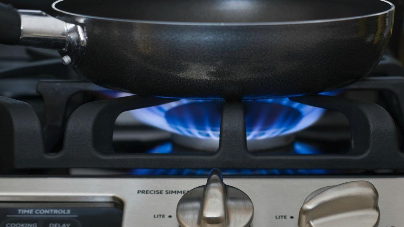 Фото керамической сковороды на плите