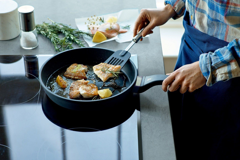 Сковорода с антипригарным покрытием на плите