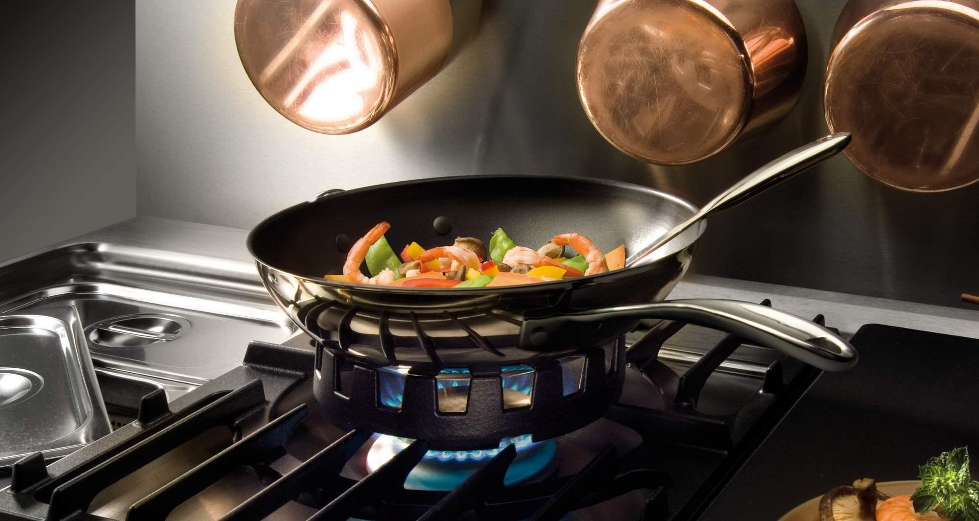 Титановая сковорода на плите