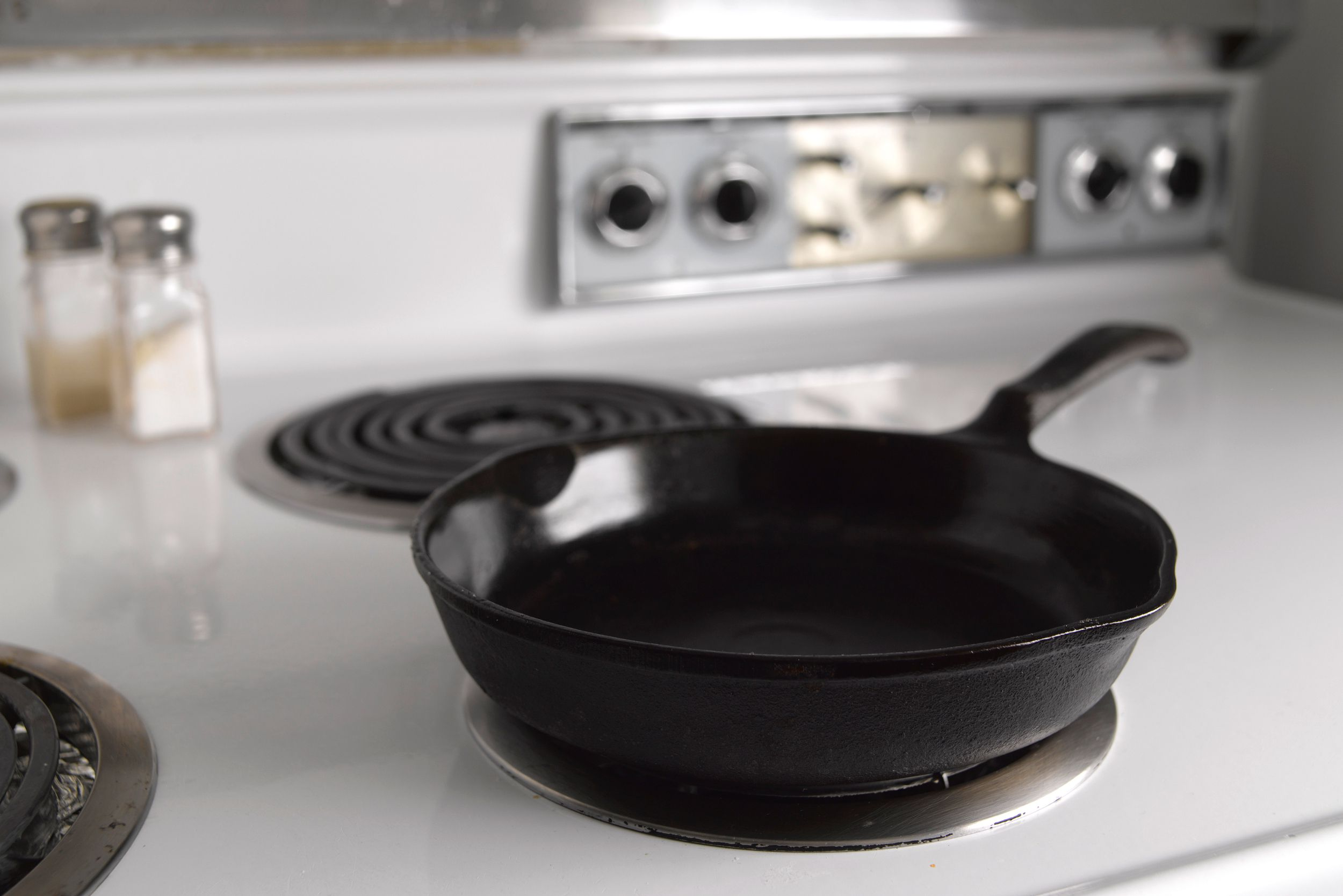 Фото чугунной сковороды на плите