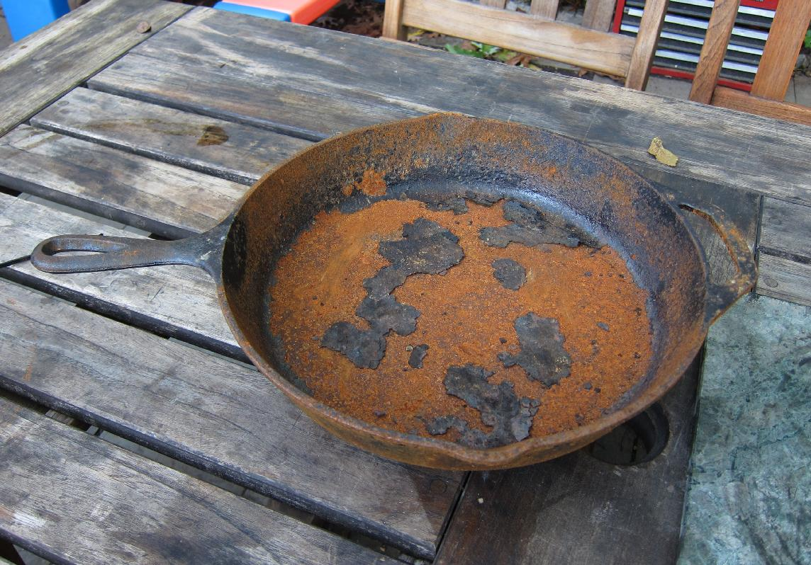 Фото чугунной сковороды с ржавчиной