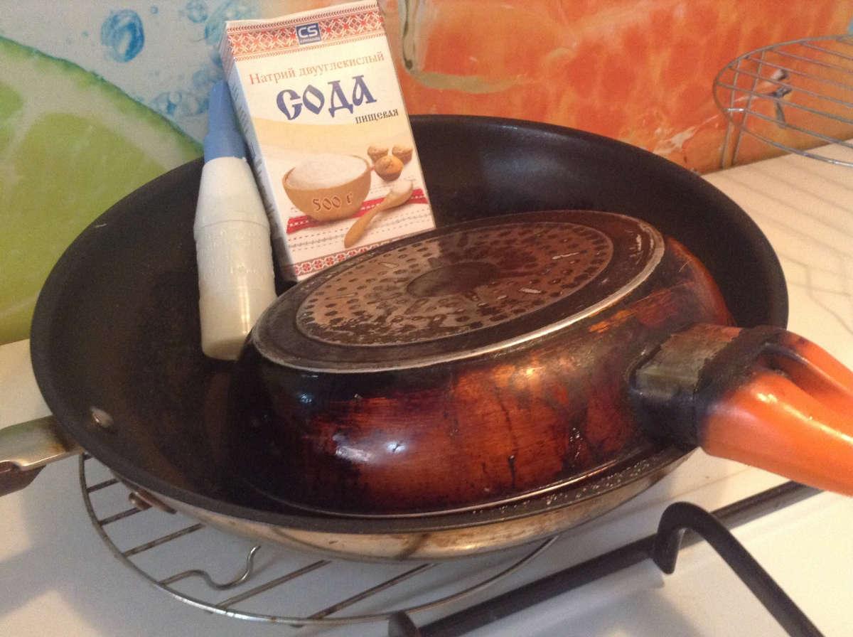 Чугунная сковорода с содой и клеем