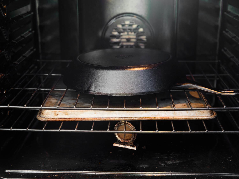 Чугунная сковорода в духовке