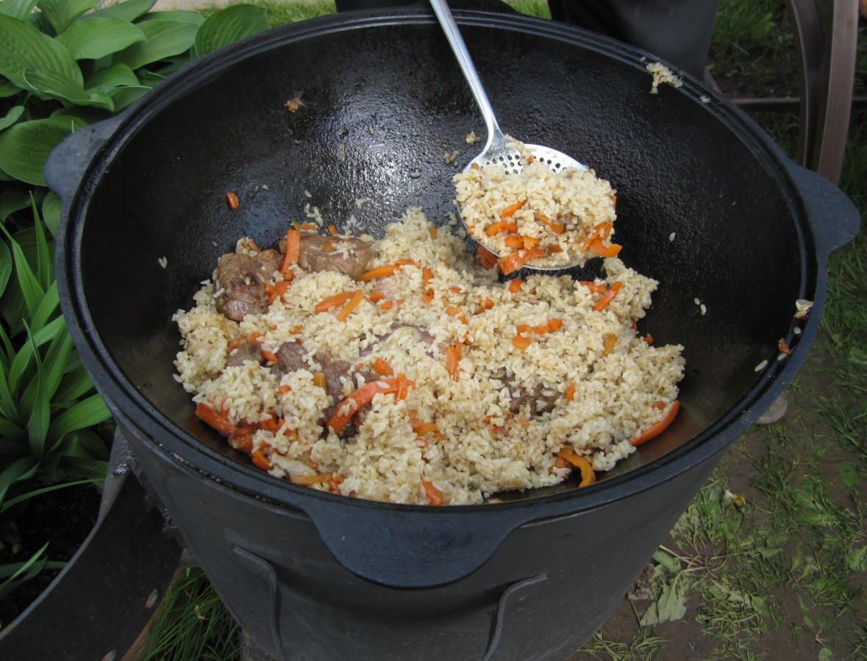 Казан чугунный с едой