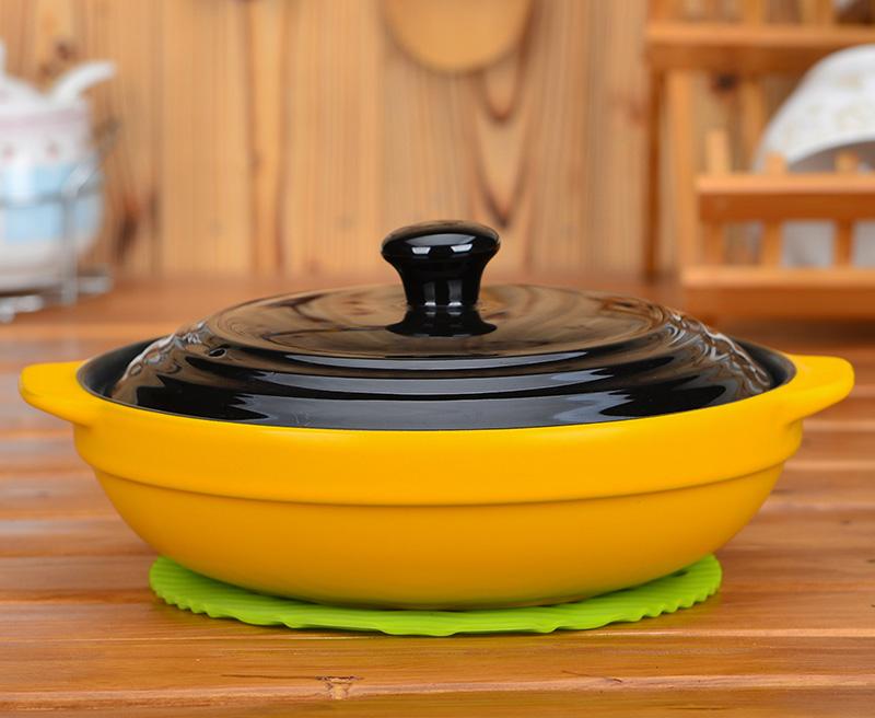 Фото керамической кастрюли на столе