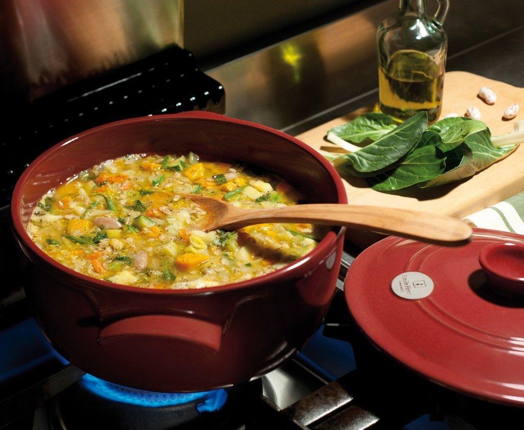 Керамическая кастрюля с супом