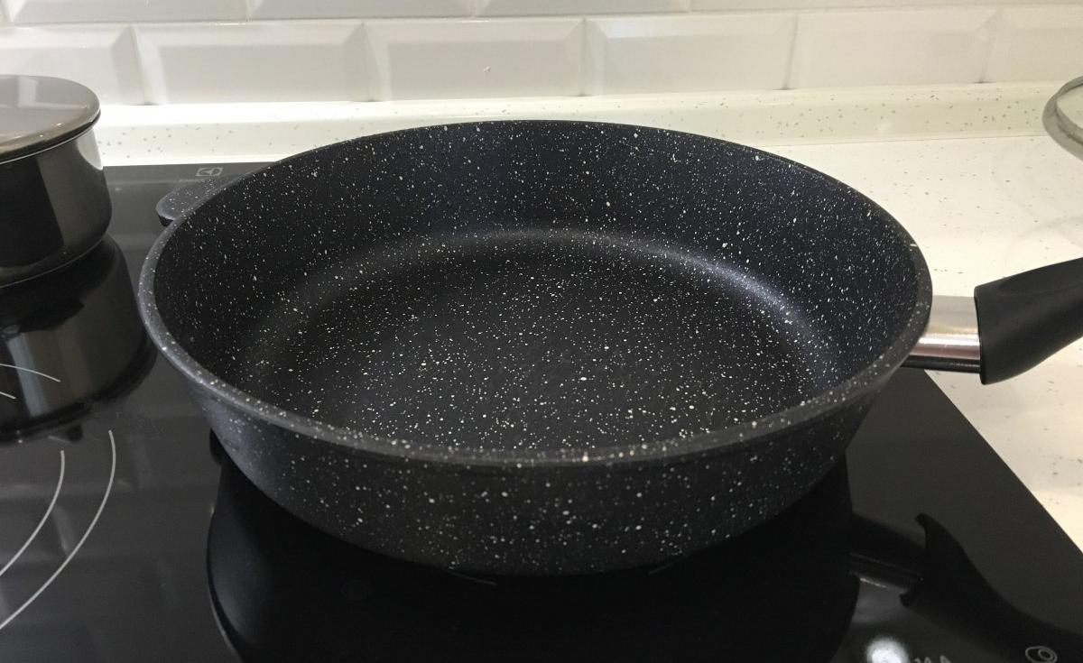 Сковорода с гранитным покрытием на плите