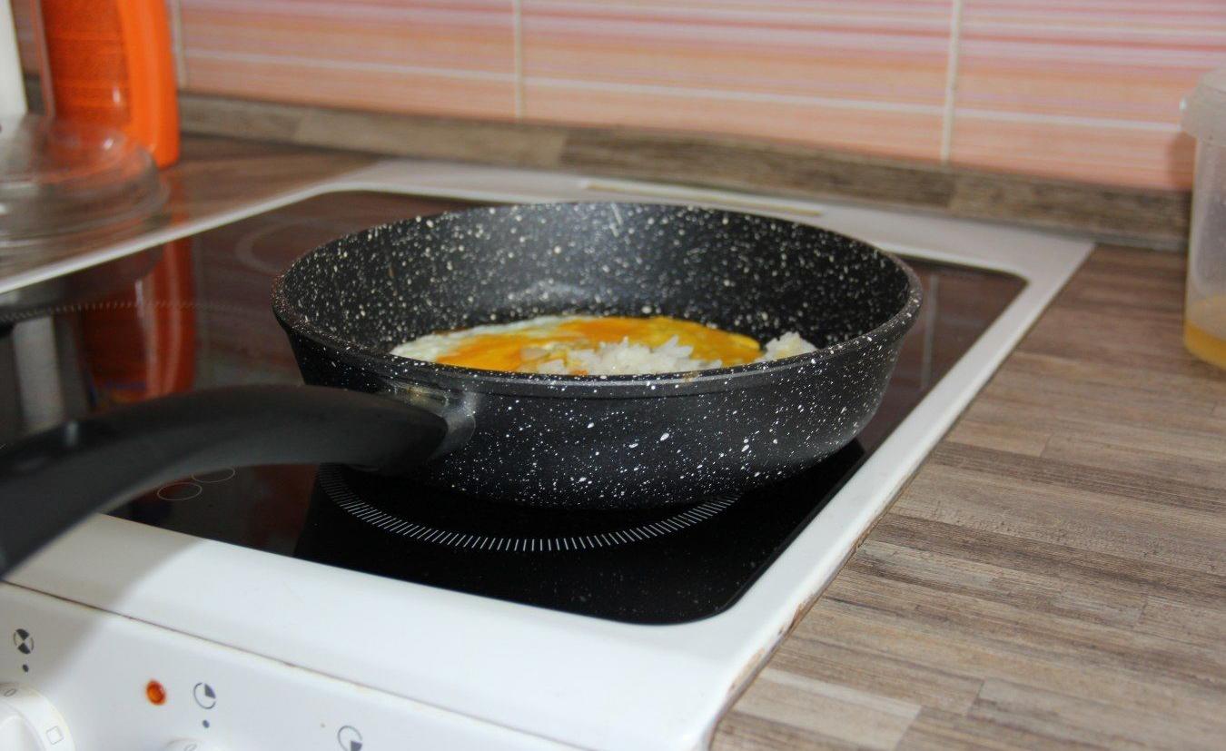 Сковорода с каменным покрытием на плите