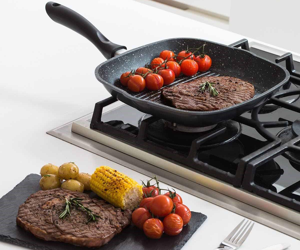 Сковорода с каменным покрытием с едой