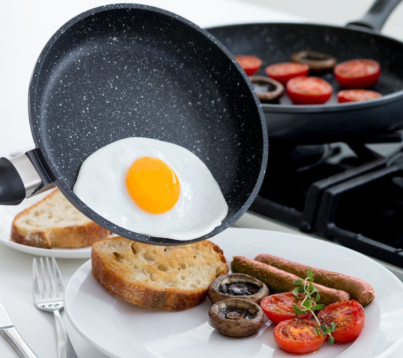 Сковорода с каменным покрытием с пищей
