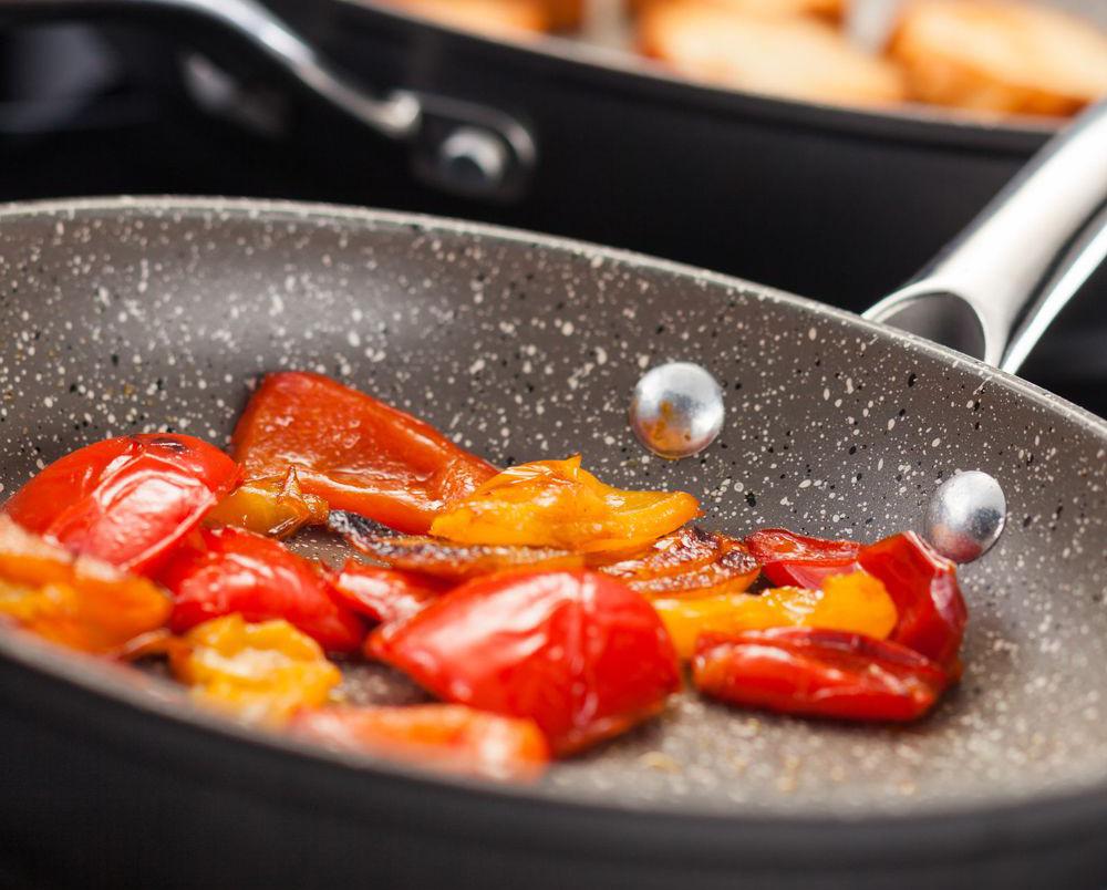 Сковорода с мраморным покрытием с едой