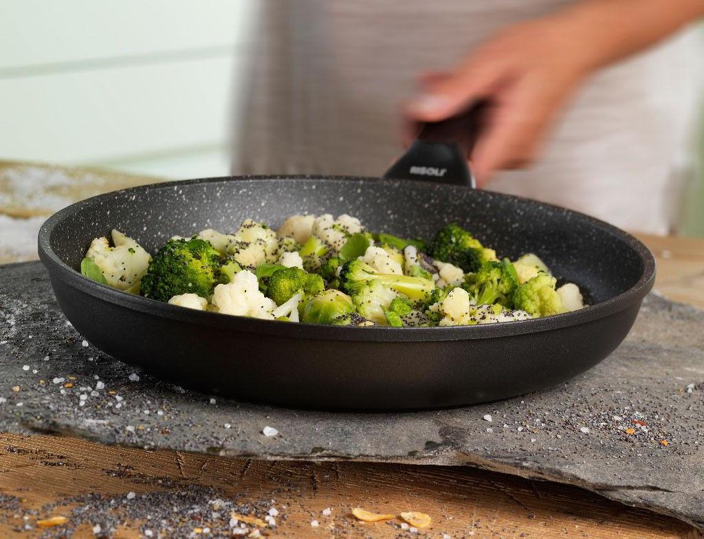 Мраморная сковорода с овощами