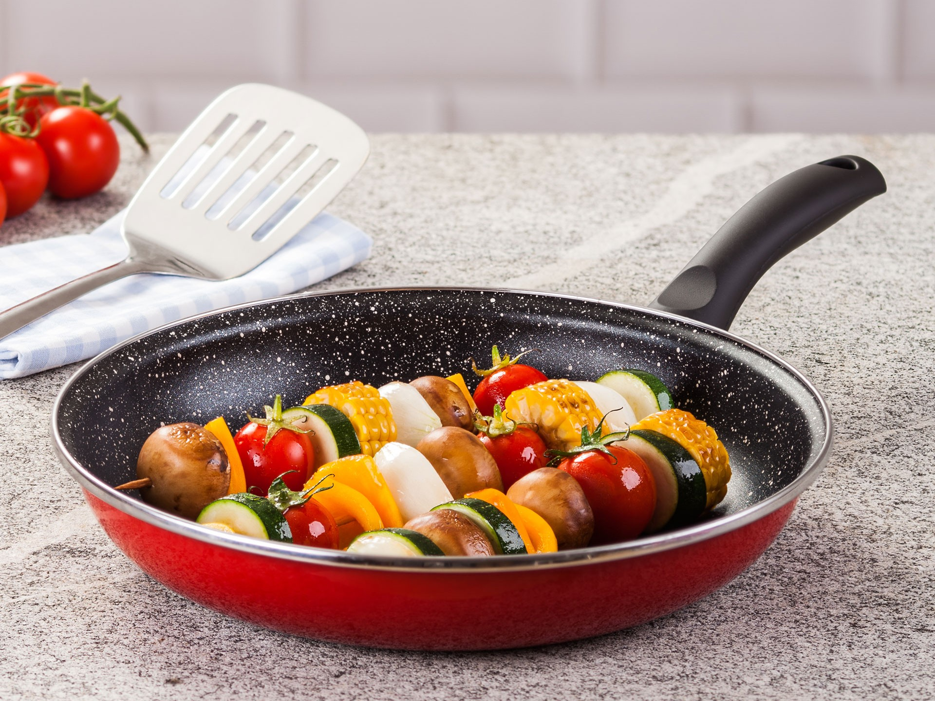 Мраморная сковорода с пищей