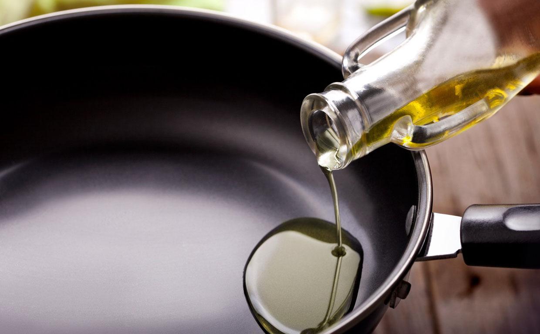 Сковорода с растительным маслом