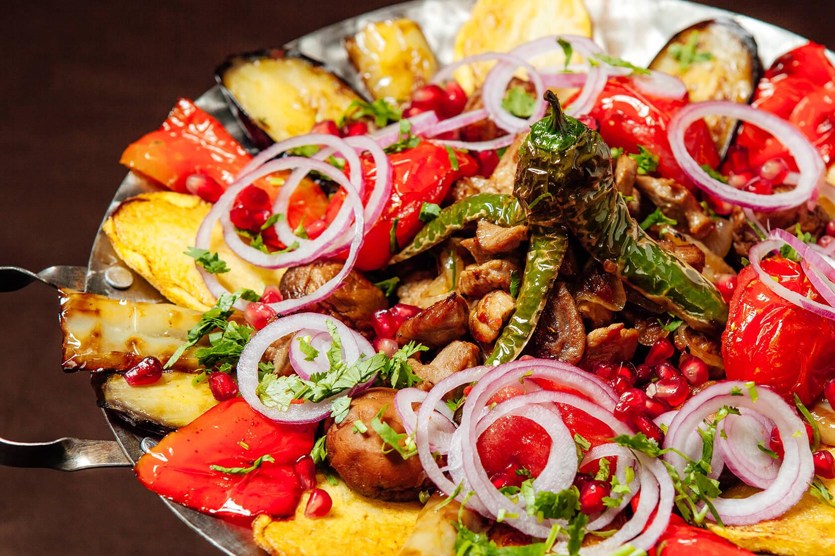 Мясо с овощами в сковороде садж