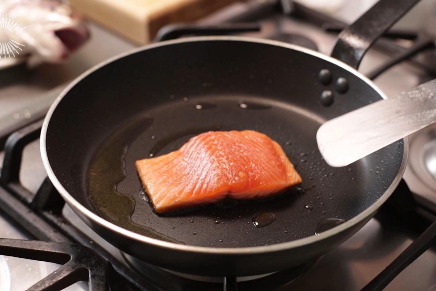 Сковорода с тефлоновым покрытием на плите