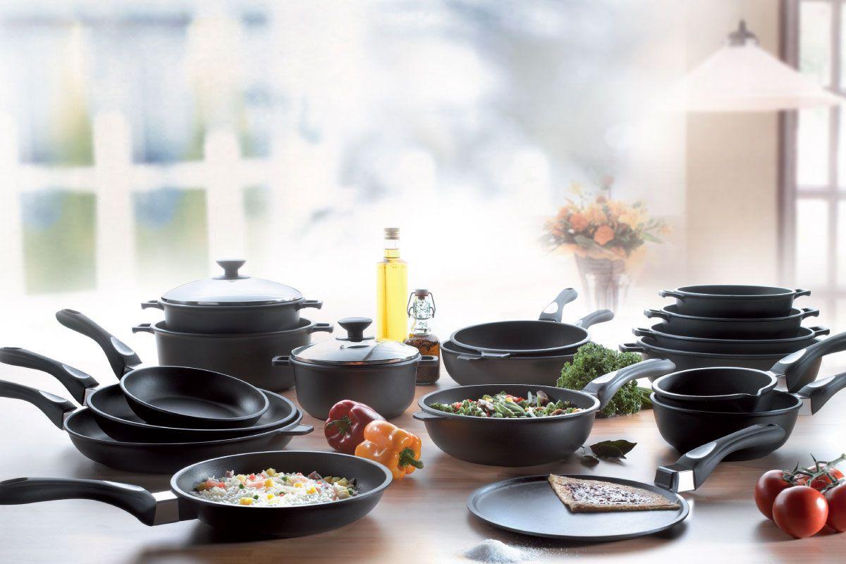 Сковородки на столе
