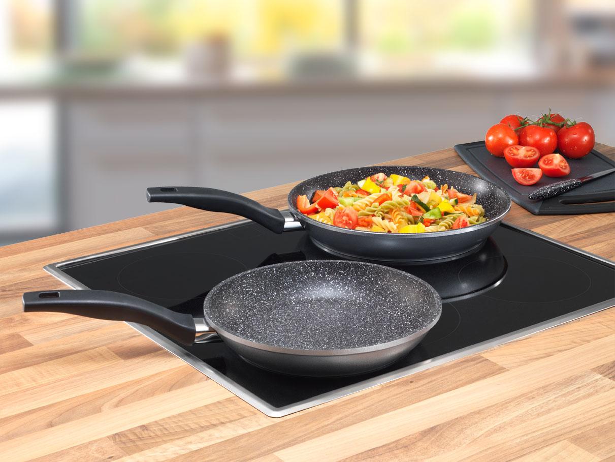Сковородки с гранитным покрытием на плите