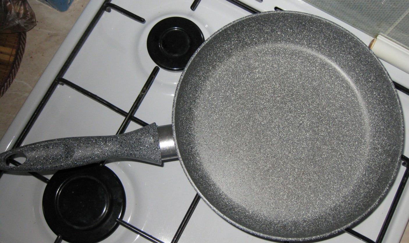 Сковорода с мраморным покрытием на плите