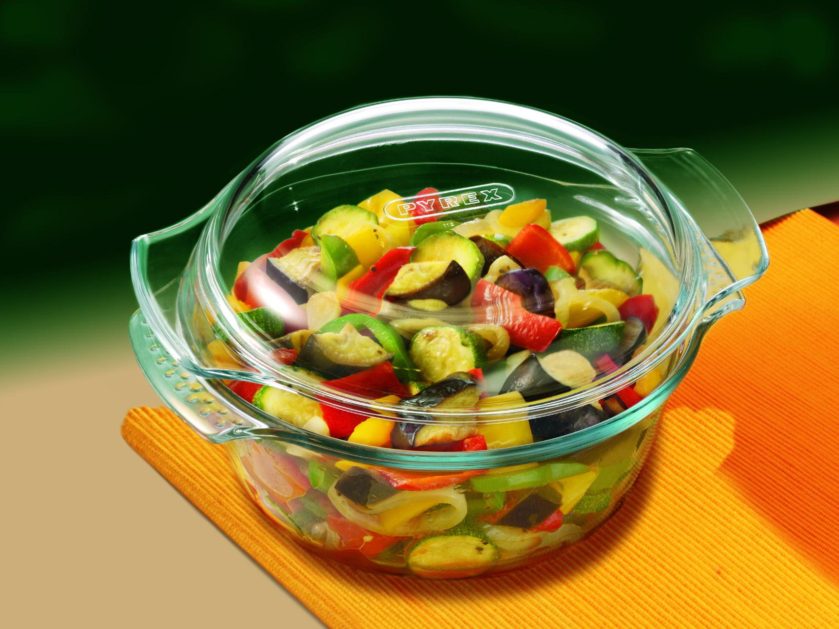 Стеклянная посуда с овощами