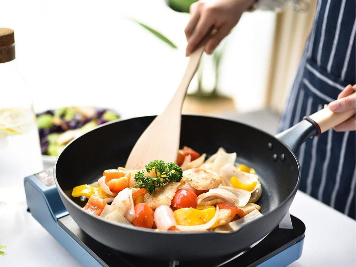 Тефлоновая сковородка с едой