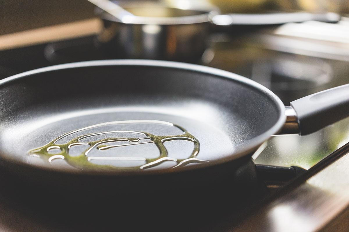Тефлоновая сковорода с маслом