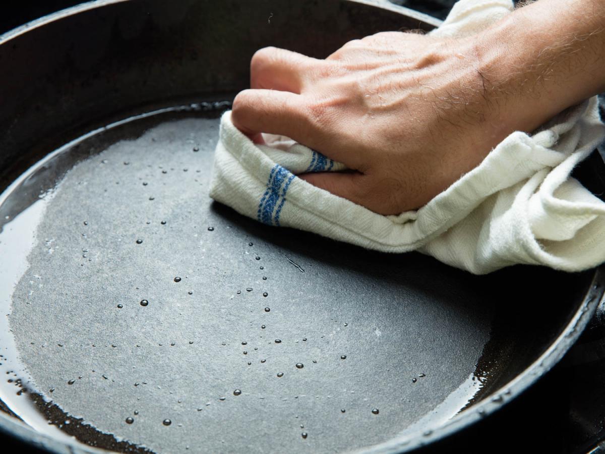 Как правильно мыть чугунную сковороду