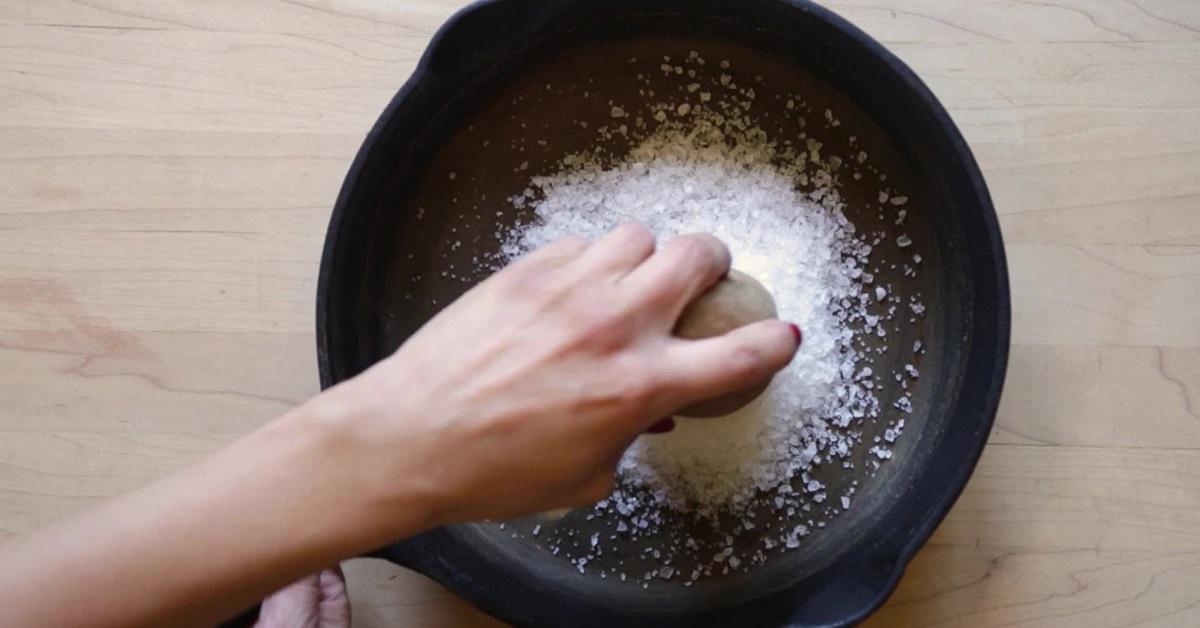 Применение соли для чистки чугунной сковороды
