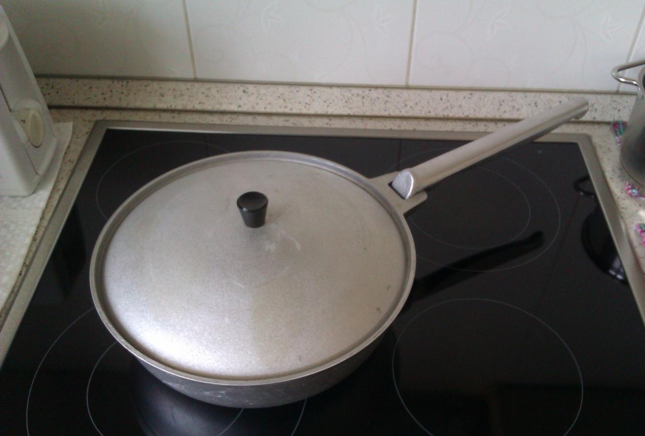 Алюминиевая сковорода на плите