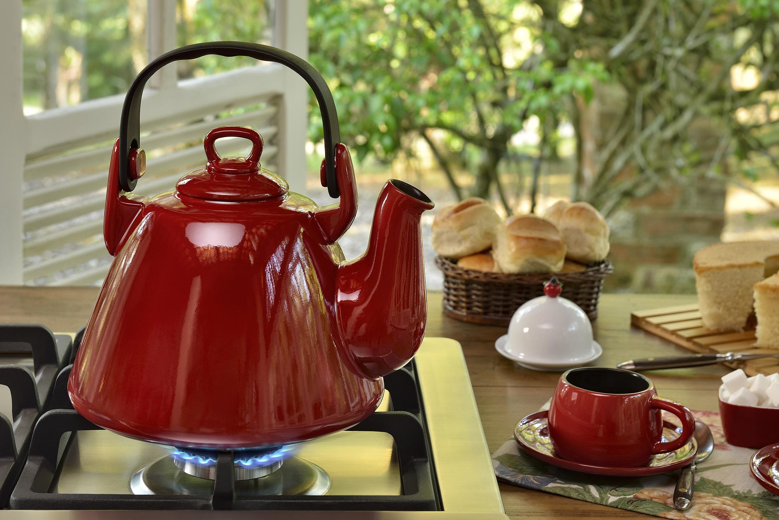 Чайник красный на плите