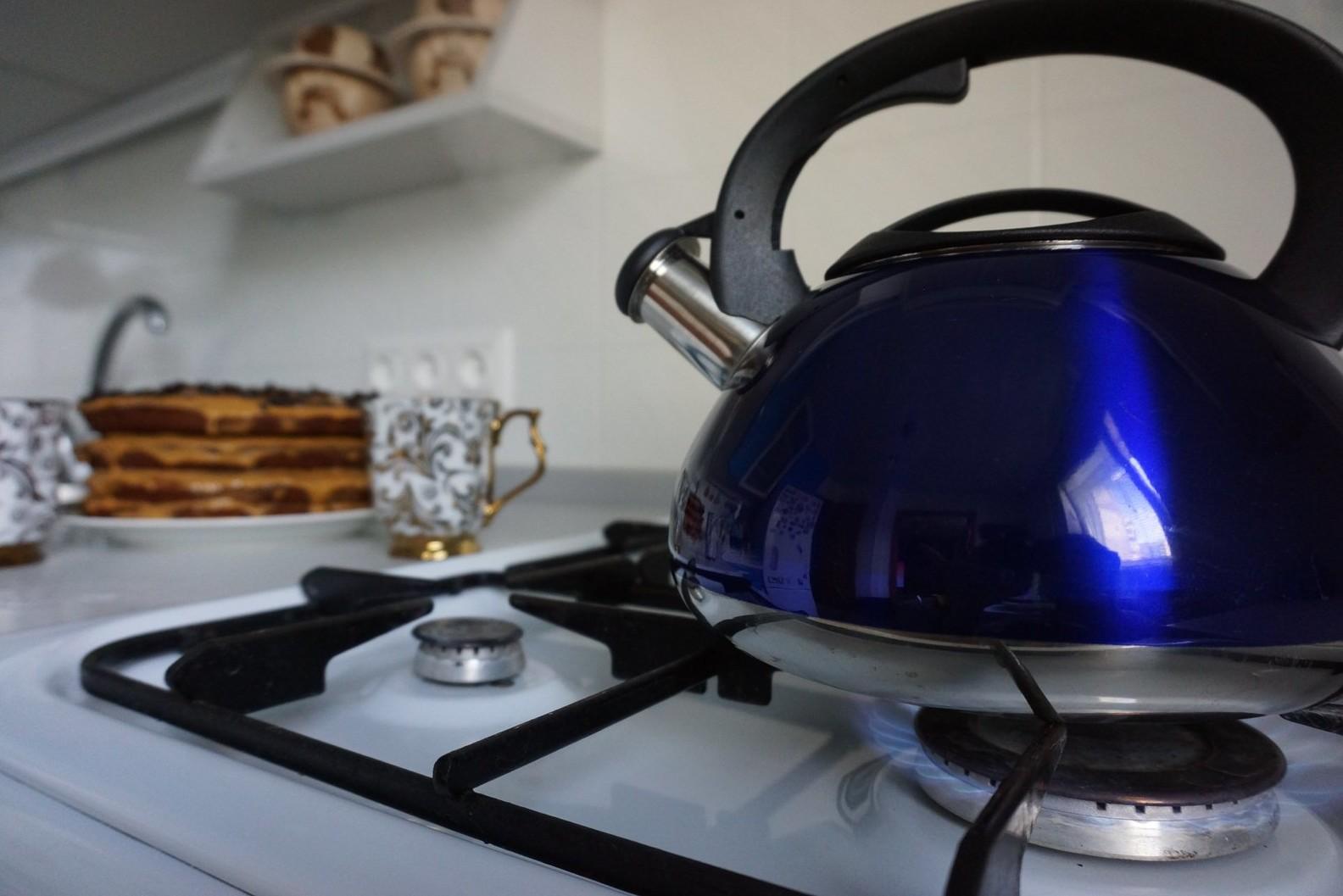 Фото чайника на плите