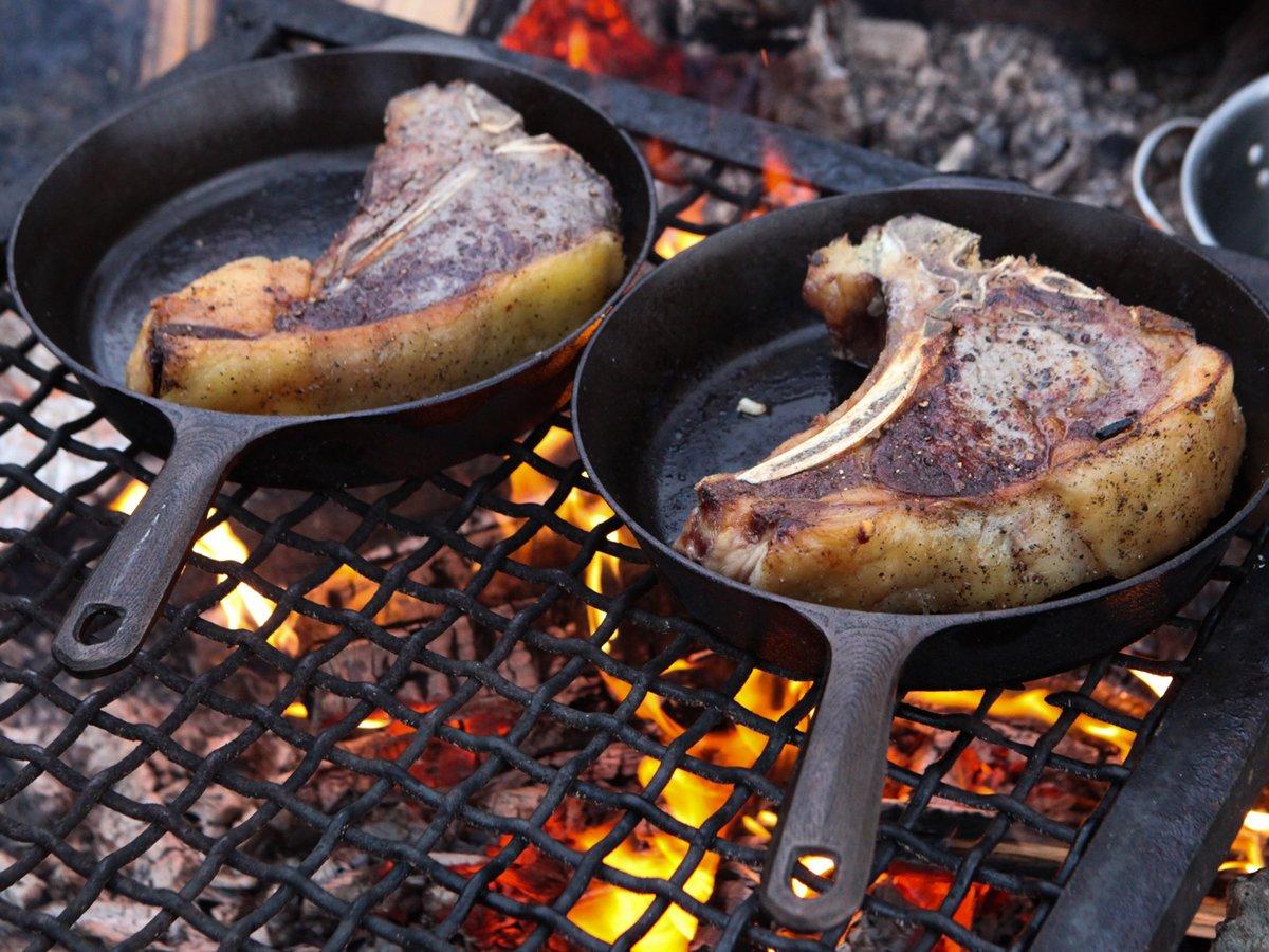 Чугунная сковорода с мясом