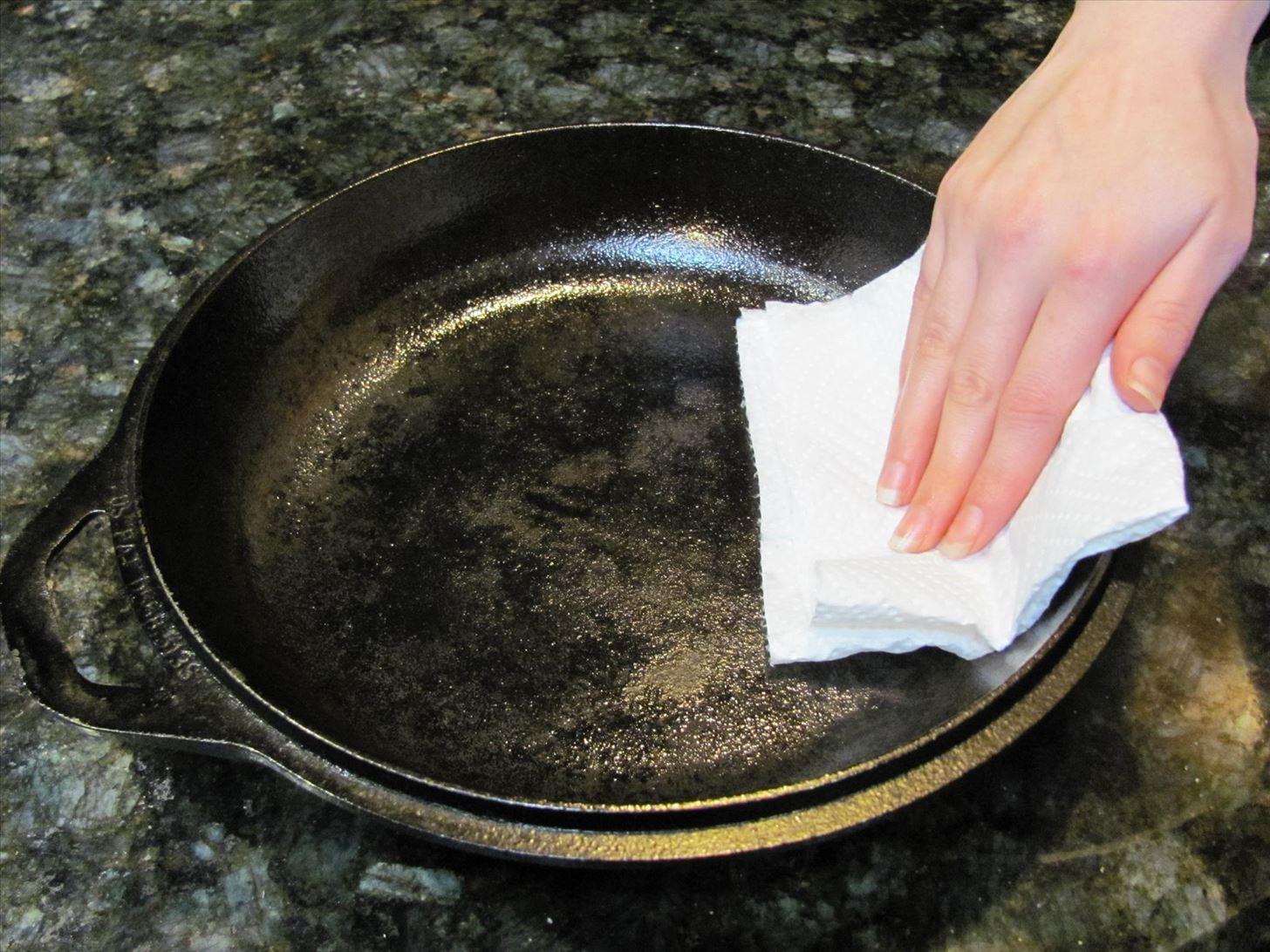 Фото чугунной сковороды с маслом