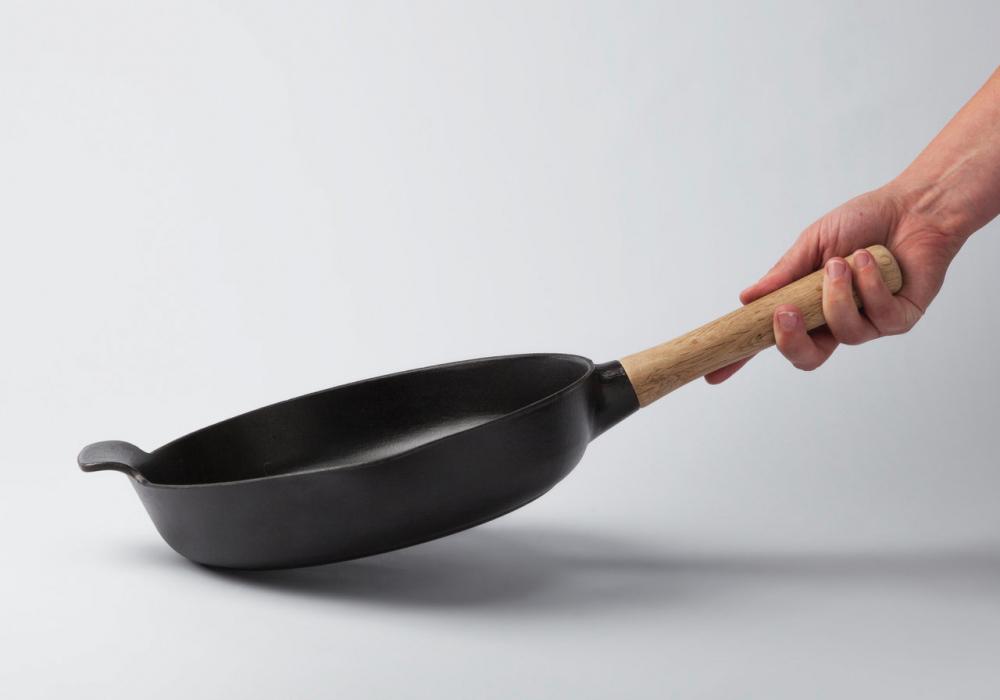 Чугунная сковорода в руке