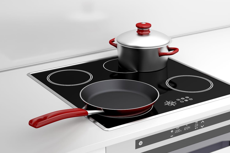 Кастрюля и сковорода на индукционной плите
