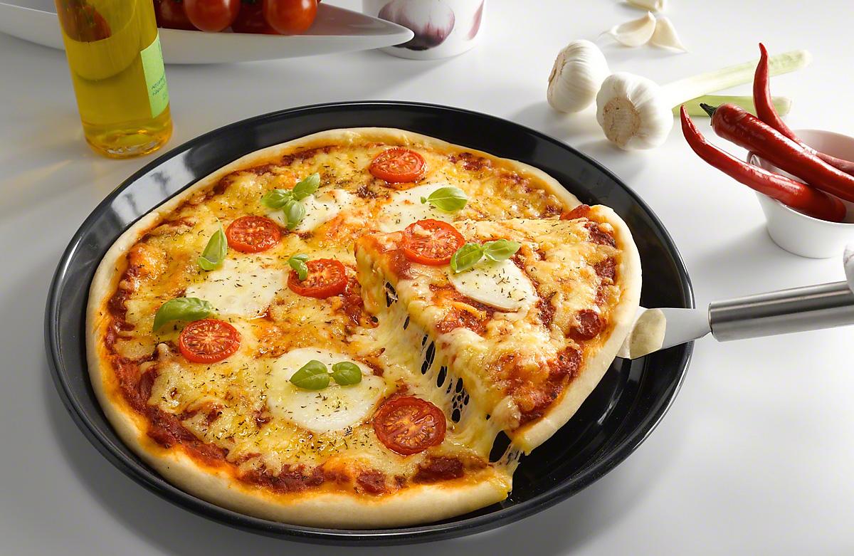 Круглая форма с пиццей
