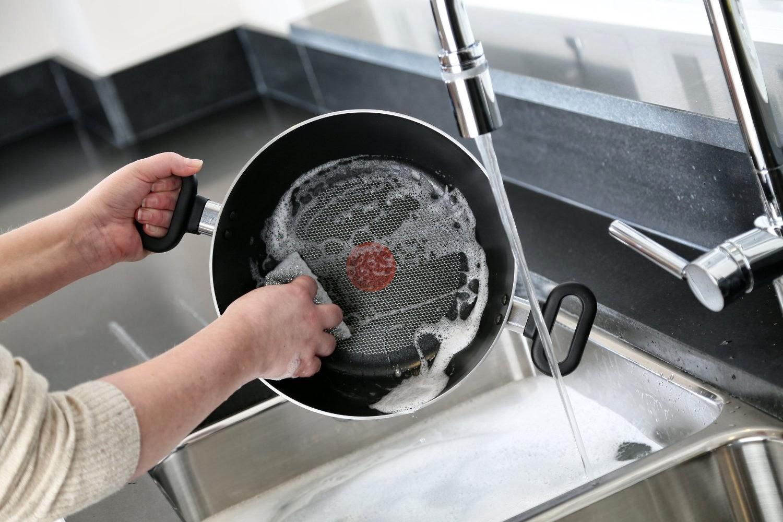 Мытье сковороды