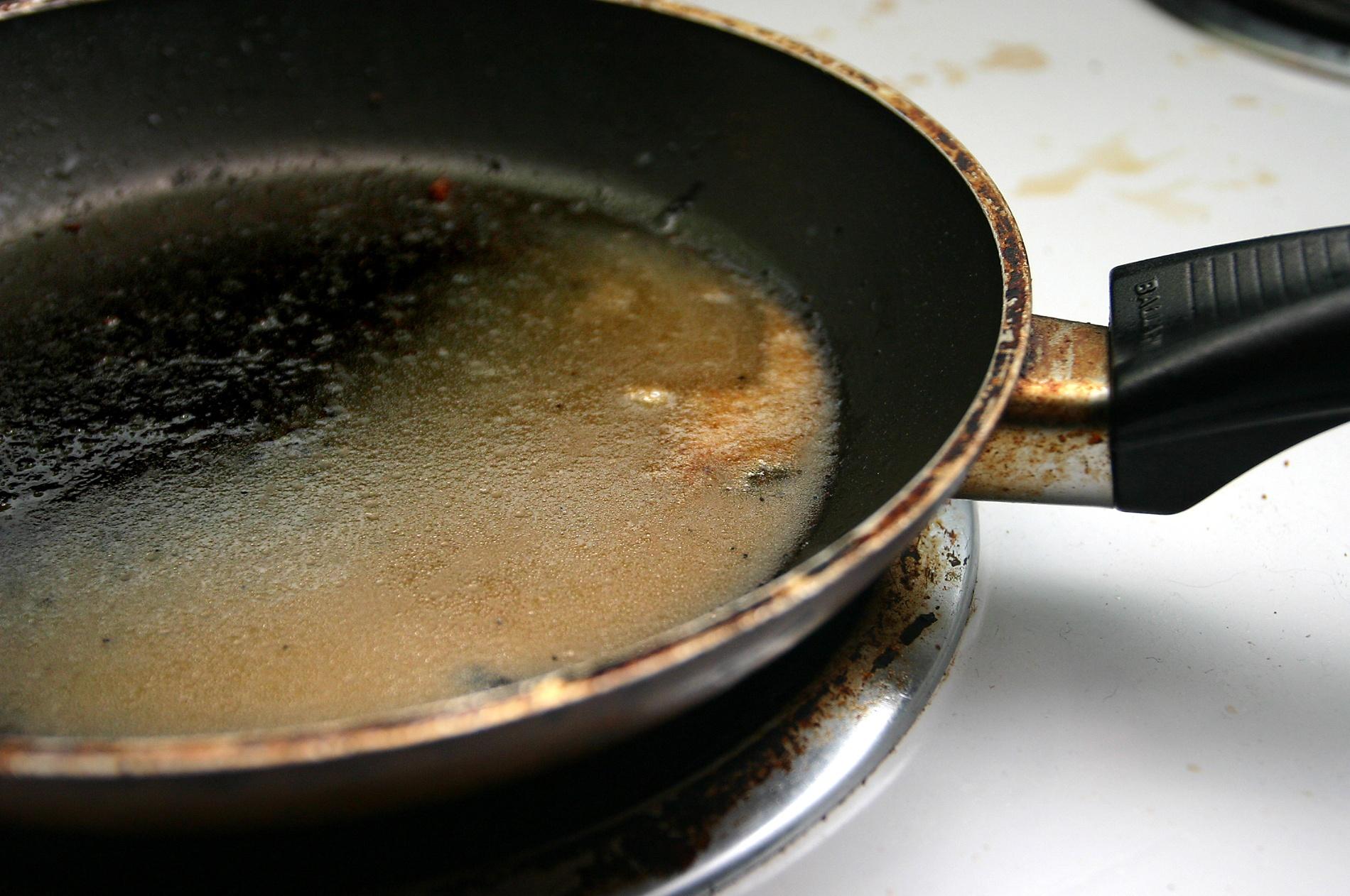 Пригоревшая тефлоновая посуда
