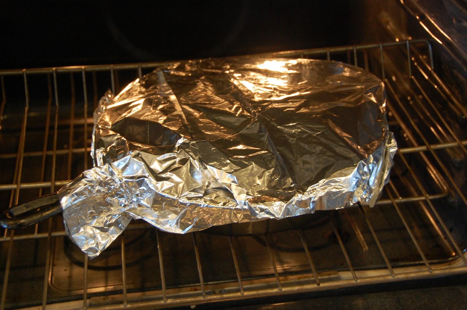 Сковорода с фольгой в духовке