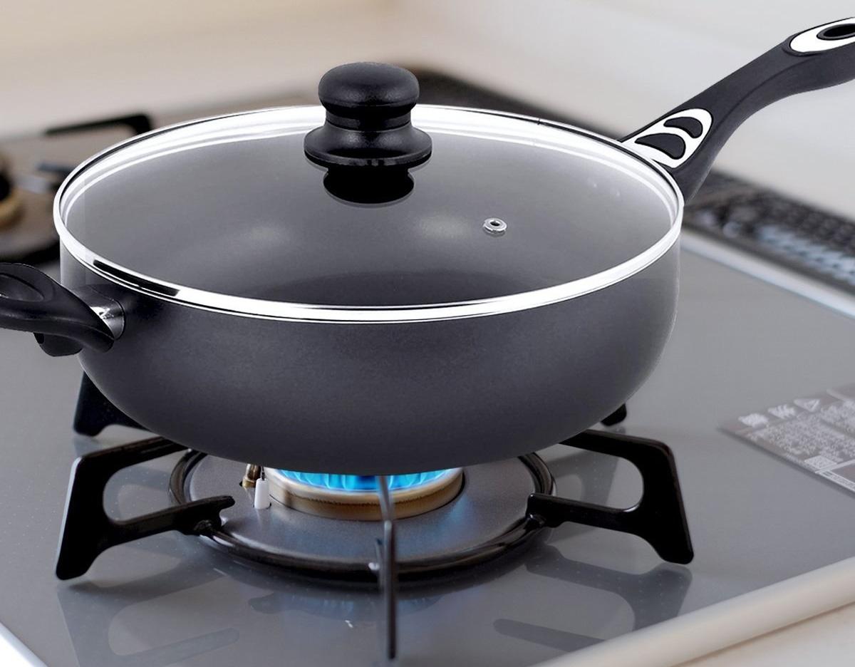 Сковорода с крышкой на плите