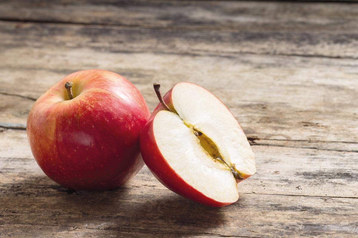 С помощью яблок можно вернуть кастрюлям блеск