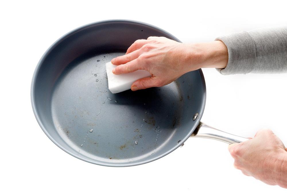 Как правильно очистить керамическую сковороду
