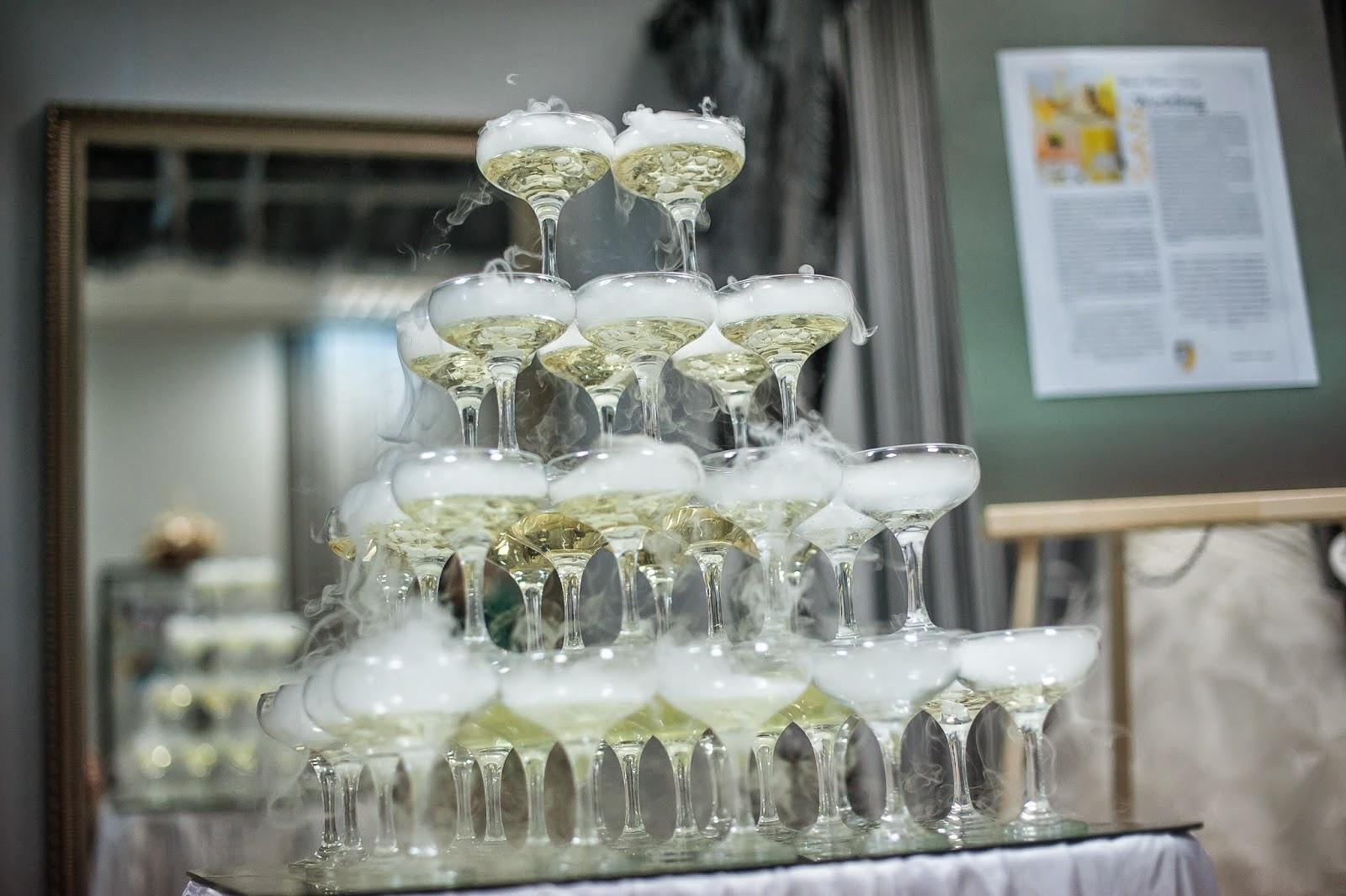 Башня из бокалов с шампанским