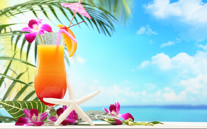 Бокал с тропическим коктейлем